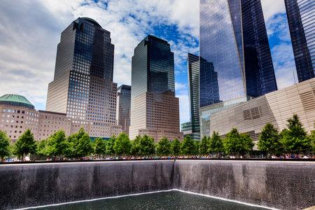buildings on water: 911 Memorial piscina de la fuente Cascada Rascacielos Edificios de Nueva York NY. La piscina est� en la base de uno de los dos edificios del World Trade Center. El agua cae en el agujero de la base. Editorial
