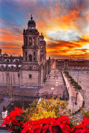 Metropolitan Cathedral Kerstmis in Zocalo, centrum van Mexico-Stad Mexico Sunrise Redactioneel