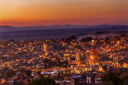 San Miguel de Allende, 멕시코, Parroquia Archangel 교회를 닫다, 교회의 집들과 아무 상표들 스톡 콘텐츠 - 35647601