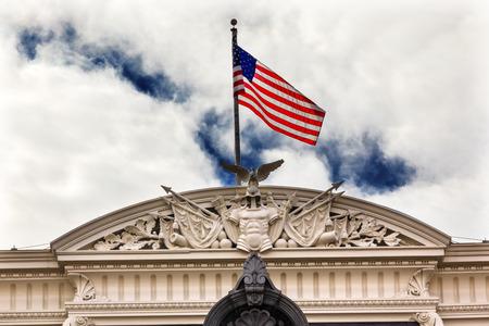 ejecutivo en oficina: Oficina Ejecutiva edificio viejo Dwight Eisenhower Edificio de la Oficina del Vicepresidente, Roof Bandera Decoraci�n Washington DC Foto de archivo