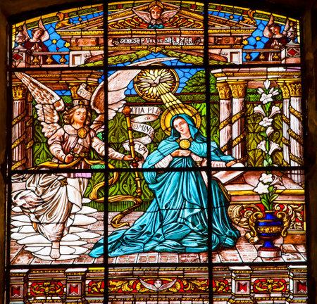 Annuciation engel Gabriël vertelt Maria She Will baren Jesus Stained Glass Oude Basiliek Guadalupe in Mexico-Stad Mexico. Ook bekend als Templo Expiatorio een Cristo Rey. Basiliek bouw werd gestart in 1531, eindigde in 1709. Deze basiliek is de lo