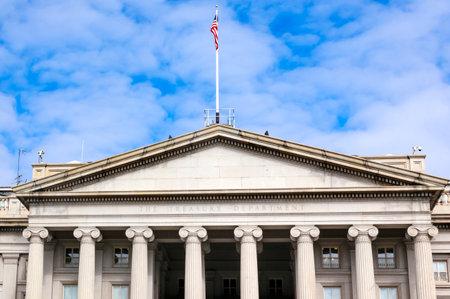 Département américain du Trésor Les colonnes avant et drapeau de la Pennsylvanie Ave Washington DC. Le Trésor est situé à côté de la Maison Blanche parce que le président Andrew Jackson a dit à ses conseillers qu'il voulait que la Banque nationale soit là où il pouvait le voir.