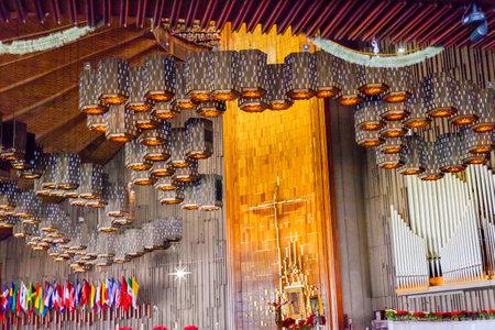 religion catolica: Nuevo Santuario de la Bas�lica de Guadalupe con la pintura original de Guadalupe colgante por encima de la ciudad de M�xico alter M�xico. Esta pintura original de la Virgen Mar�a de Guadalupe fue revelado por campesino indio Juan Diego en 1531 al obispo cat�lico.