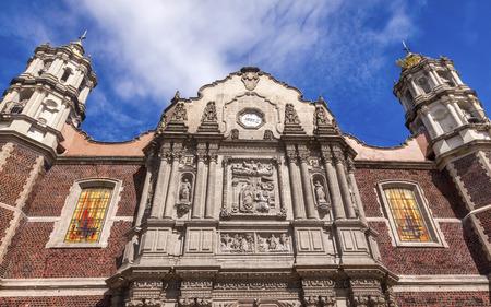 guarder�a: Antigua Bas�lica de Navidad Creche el Santuario de Guadalupe M�xico Ciudad de M�xico. Tambi�n conocido como Templo Expiatorio a Cristo Rey. Construcci�n de la bas�lica se inici� en 1531, terminado en 1709. Se trata de la bas�lica es el lugar donde la Virgen Mar�a se apareci� a t
