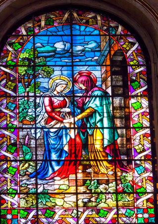 vierge marie: Visatation Marie avec J�sus dans le sein rencontre Elizabeth avec Jean le Baptiste dans Womb Vitrail San Francisco el Grande basilique royale de Madrid Espagne. Basilique con�u dans la seconde moiti� des ann�es 1700 compl�t� par Francisco Sabatini.