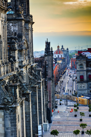 メキシコシティ メキシコのドームの尖塔通りセンターを描いたメトロポリタン大聖堂ソカロ各教会通り