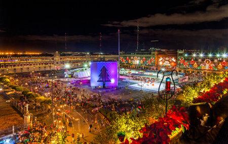メキシコシティ メキシコ ソカロ クリスマスの夜のお祝いアイス スケート スケート リンク フェリス ・ ナヴィダはスペイン語でメリー クリスマス