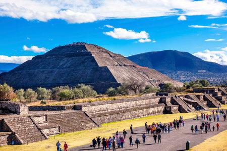 Allee der Toten und Sonnenpyramide, Tempel von Sun Teotihuacan, Mexiko Standard-Bild - 43036972