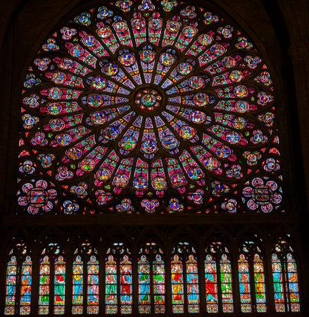North Rose Ventana Virgen María Jesús Discípulos del vitral de Notre Dame de París Francia. Notre Dame fue construida entre 1163 y 1250 AD. Virgen María Rosetón más antiguo de Notre Dame desde 1250. Foto de archivo - 48184122