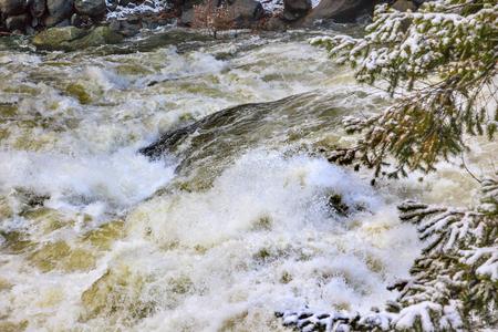 Wenatchee River Winter Leaves Rapids Snow Ice Near Stevens Pass Leavenworth Washington 版權商用圖片