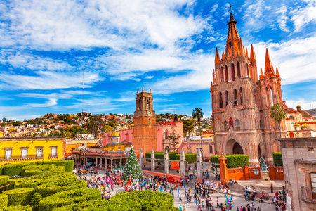 Parroquia Archangel Kirche Jardin Town Square Rafael Chruch San Miguel de Allende, Mexiko. Parroaguia erstellt in 1600er Jahren. Standard-Bild - 50393558