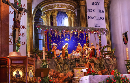 guarder�a: Iglesia Bas�lica de Navidad Creche Cruz Altar Parroquia Arc�ngel San Miguel de Allende, M�xico. Parroaguia creado en 1600. Editorial