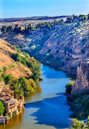 Taag Rivier Oud Kasteel Fort Toledo Spanje. Unesco historische site; Taag is de langste rivier in Spanje.
