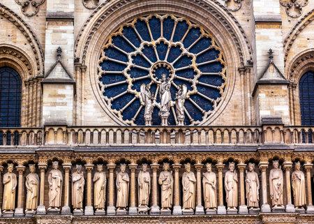 Kings Facade Rose Window Notre Dame Cathedral Parijs Frankrijk. Notre Dame werd gebouwd tussen 1163 en 1250AD. Redactioneel