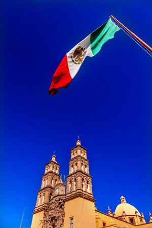 bandera de mexico: Bandera mexicana Parroquia Catedral Dolores Hidalgo M�xico. Donde el Padre Miguel Hidalgo hizo su Grito de Dolers a partir de la Guerra de la Independencia 1810 de M�xico. Catedral construida en la d�cada de 1700.