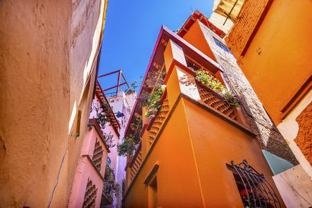 路地路地にキス家メキシコのグアナファトの色します。 家近いカップルがバルコニーの間にキスを交換できるので 写真素材