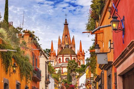 Aldama 通りガレージ大天使教会ドームの尖塔サン ミゲル デ アジェンデ、メキシコ。Parroaguia は、1600 年代に作成されました。