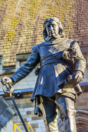 Oliver Cromwell Statue Houses of Parliament Westminster London England. Outside the House of Commons, erected 1899, sculpted by Hamo Thornocroft.  Oliver Cromwell was the dictator, who took over England in the Civil War in the 1650s.  A General he signed  Stok Fotoğraf