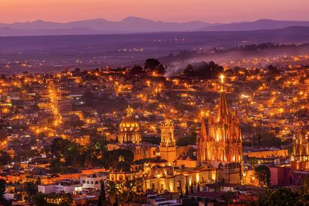 サン ミゲル デ アジェンデ、メキシコ、ミラマーを見落とす日没 Mountaints ホワイト教会家