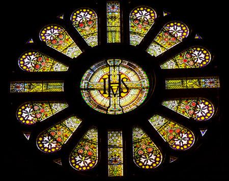 IHS のバラ窓のステンド グラスの聖ニコラス教会アムステルダム オランダ。ローマ カトリック教会の大聖堂は、1883 年に建てられた、壁内 Saiint ニコ 報道画像