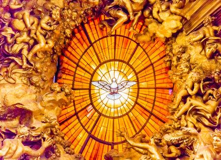 王位ベルニーニ聖霊の鳩サン ・ ピエトロ大聖堂バチカン ローマ イタリア。 ベルニーニは、1600 年代に聖なるチャクラ鳩ステンド グラス アンバー