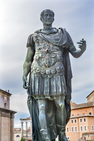 ジュリアス ・ シーザーの銅像フォロ ・ ロマーノ ローマ イタリア。 ジュリアス ・ シーザーは、ジュリアス ・ シーザーの古代像の紀元前 46 年に