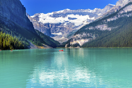 Lake Louise Canoes Leroy Glaciers Reflection Snow Mountains Banff National Park Alberta Canada Foto de archivo