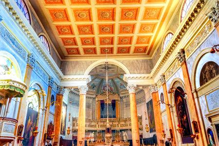 Basilica di San Silvestro Altare Basilica Venezia Italia. Fondata nell'800, la Chiesa fu riconsacrata nel 1850.