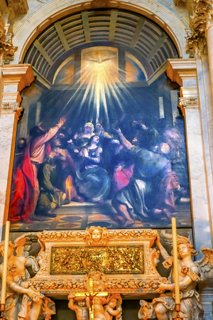 Titian Descent Holy Ghost Painting Altar Santa Maria della Salute Church Basilica Venice Italy. Competed in 1681 dedicated to our Lady of Health because of the 1630 plague.  Painted 1500s. Banco de Imagens - 98327042