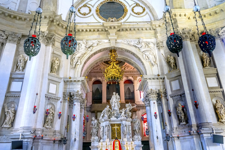 Santa Maria della Salute Church Basilica AltarVenice Italy. Competed in 1681 dedicated to our Lady of Health because of the 1630 outbreak of plague, which wiped out 1/3 of Venice population.   Banco de Imagens - 96342282