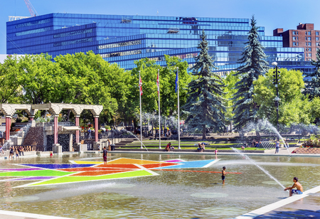 Children Playing Olympic Plaza Fountains Summer Downtown Calgary Alberta Canada.  Olympic Plaza was created in 1988 for Olympic Winter Games. Redactioneel