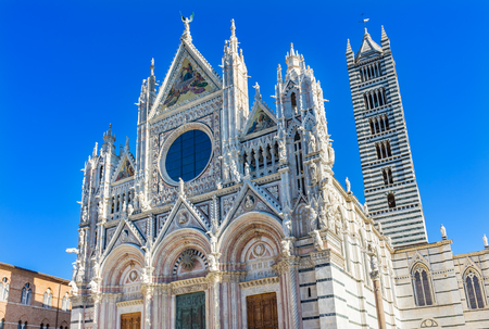 Facade Exterior Towers Mosaics Cathedral Church Siena Italy. Cathedral completed from 1215 to 1263. 版權商用圖片 - 114922152
