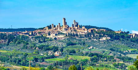 Medieval Stone Tower sAncient Buildings Town San Gimignano Tuscany Italy.  Vineyards Fields Hill Town Stockfoto - 114924309