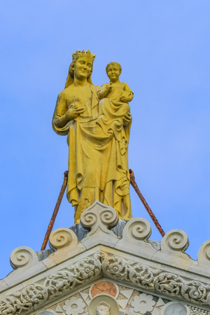 Virgin Mary Baby Jesus Statue Roof Cathedral of Virgin Mary Piazza del Miracoli Pisa Tuscany Italy. Completed in 1100s. 免版税图像