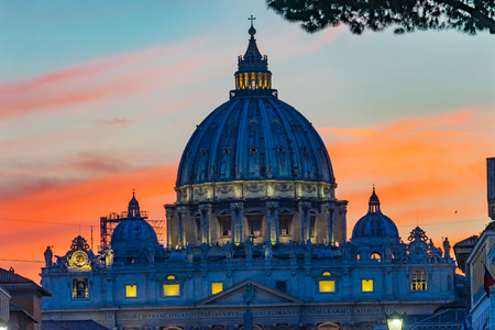 Orange Sunset Illuminated Street Lights Evening Via D. Conciliazione Saint Peter's Basilica Vatican Rome Italy Standard-Bild - 121601458