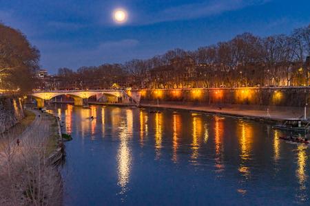Bateau à rames de nuit de lune colorée Ponte Saint Angelo Tibre illuminé Rome Italie. Pont construit pour la première fois par l'empereur Hadrien en 134 après JC