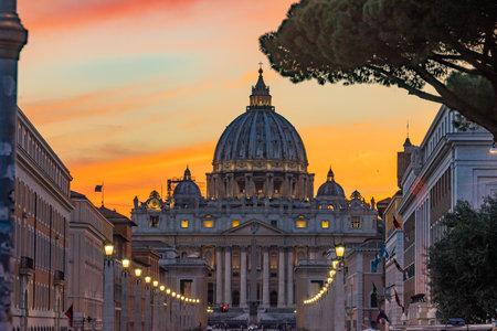 Orange Sunset Illuminated Street Lights Evening Via D. Conciliazione Saint Peter's Basilica Vatican Rome Italy Standard-Bild - 121601441