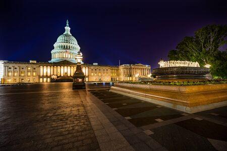 Capitolio de los EE. UU. North Side Fountain Representantes de la Cámara del Congreso Construcción Senado Ciudad capital Noche Estrellas Washington DC