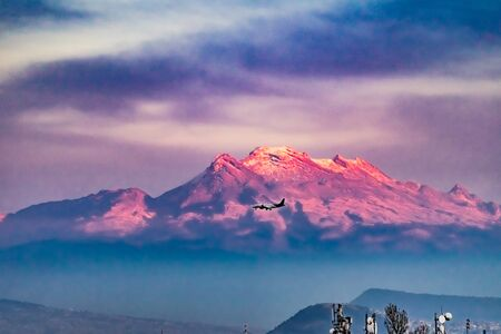 Airplane Snow Covered Mountain Sunset Presidential National Palace Zocalo Mexico City Mexico. Mexico is surrounded by snowy mountains. This one behind the Zocalo. 版權商用圖片 - 130799351