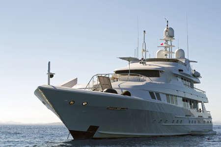 bateau de luxe blanc par temps clair