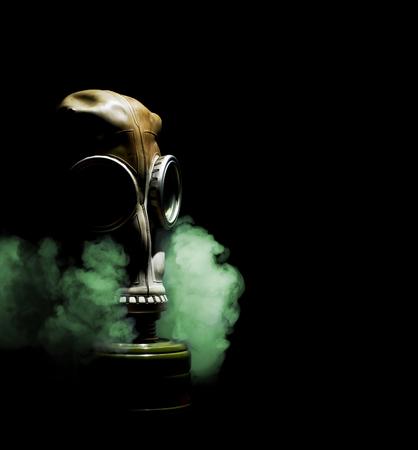 Gros plan du masque à gaz sur fond noir.