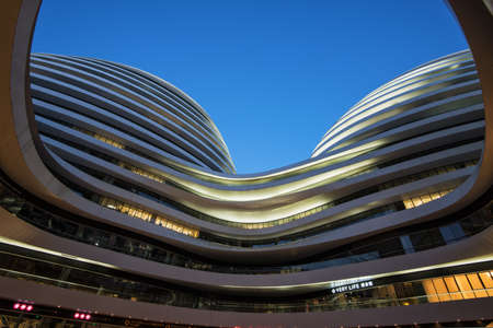 high end: Beijing, China - 26 de febrero 2015: Galaxy Soho con la oficina SOHO de gama alta m�s grande de China.