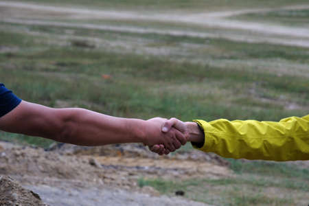porgere: To extend the hand of friendship and solidarity Archivio Fotografico
