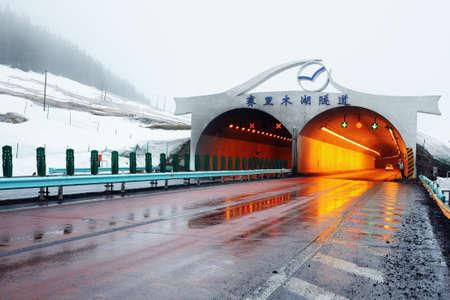 xinjiang: Sailimu lac Tunnel au Xinjiang, en Chine Éditoriale