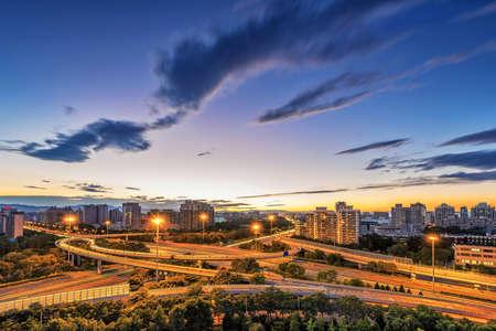 semaforo rojo: China Pek�n paso elevado despu�s de la puesta del sol de noche