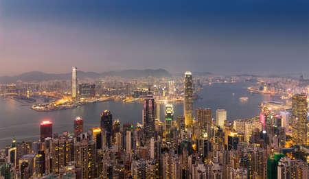 ビクトリア ・ ハーバーの両サイドに香港のスカイライン