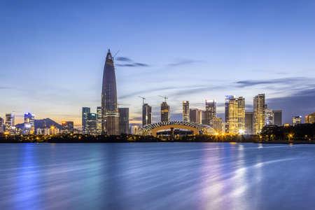 Vista de paisaje de paisaje de edificios de gran altura de Shenzhen durante la noche Foto de archivo - 87634659