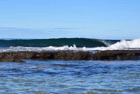 Ocean Rock Pool met Wave Stockfoto