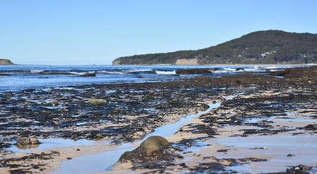 Rotsen splitsen op het strand
