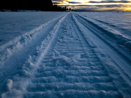 Walk on a snowmobile through the snowdrifts of a distant forest. Banque d'images